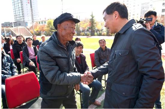 省体育局副局长董利亲切地慰问受助学生家长