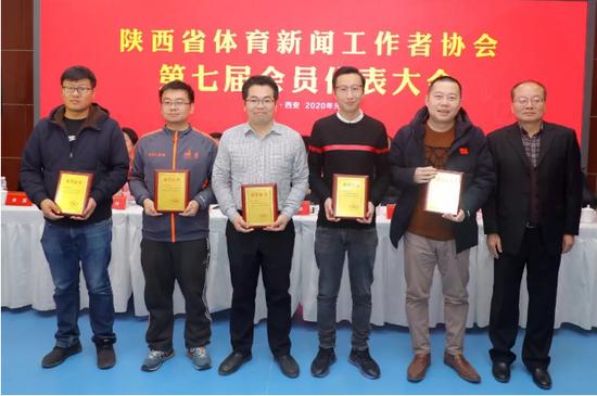 新当选的陕西体育新闻工作者协会秘书长杨晓波(右)为副秘书长颁发聘书