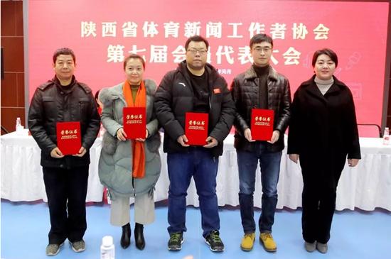 西安市体育局宣教处处长李波(右)为获奖者颁奖