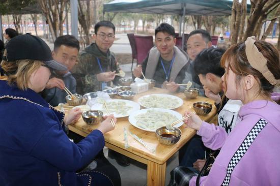 活动嘉宾在熊猫亲子庄园吃饺子