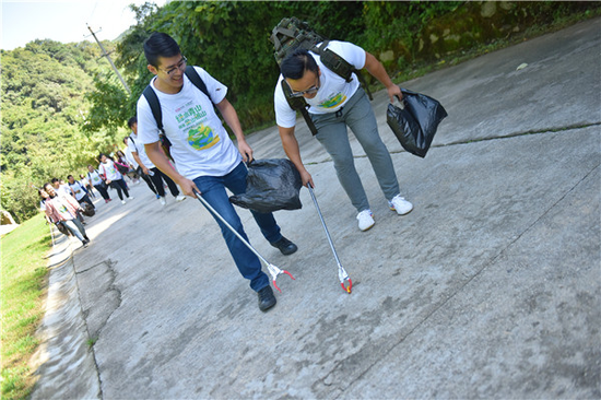 保护秦岭公益活动—志愿者在路上捡拾垃圾