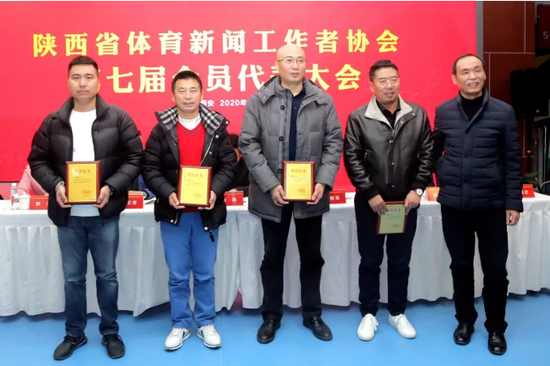 省体育局二级巡视员韩俊贤为王延晋、张宝祥、宋维斌、贺新文颁发荣誉主席证书