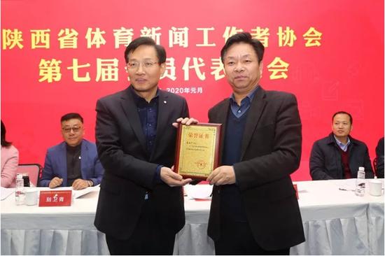 省体育局副局长徐鹏(右)为新当选的陕西体育新闻工作者协会主席高西广颁发聘书