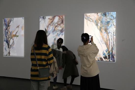 展览现场 观众用手机记录作品