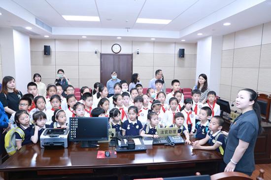 工作人員帶領孩子們學習法律知識