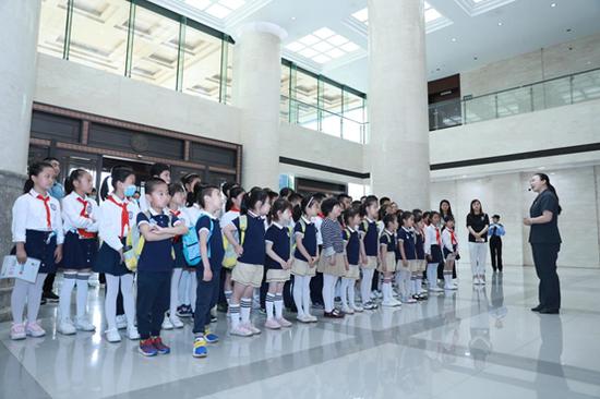 孩子們進入法院參觀