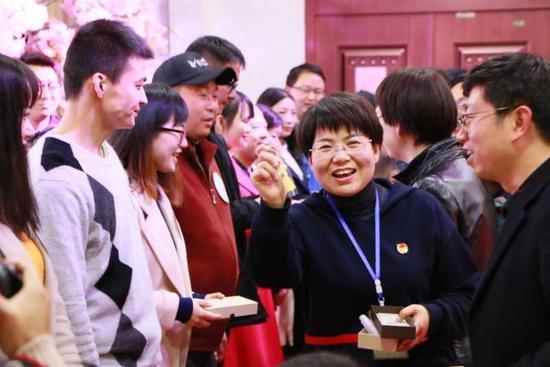 团市委书记徐红菊给嘉宾颁发奖品