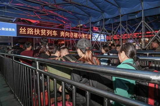 进疆摘棉的务工人员在西安火车站有序进站乘车