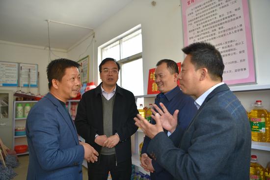 """商洛市商丹园区紫荆村""""爱心超市""""助力精准扶贫"""