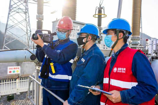 """""""妻子支援武汉医疗一线,我在后方保障供电。""""2月13日,国网陕西商洛供电公司变电检修中心员工李丁坚守岗位,和同事们在330千伏鹤城变电站检查设备保障供电。"""