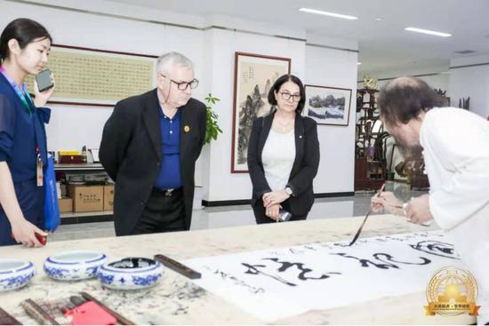 百余名全球驻华使节参观长安国际艺术慈善书画展