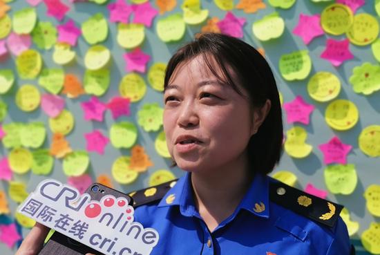 西安市雁塔区城市管理和综合执法局法规宣传科负责人刘蕾表达感受 摄影 柳洪华