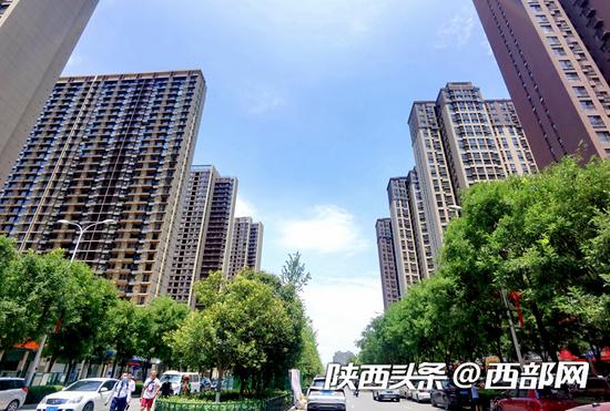 西安市東二環,藍天下的城市樓群。