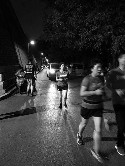 夜跑不仅锻炼了身体,还能观赏夜景