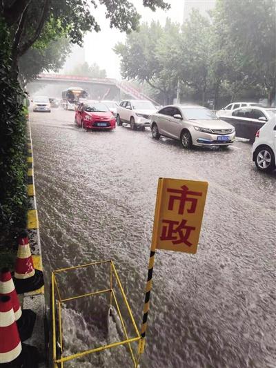 7月26日上午,渭南市区遭遇短时强降雨。 本报记者 张军建摄