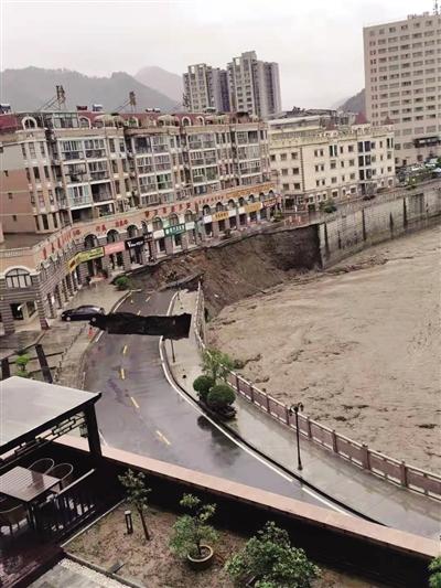 8月22日,洪水将石泉县一小区附近河堤部分路基冲垮。 通讯员 孟少猛 摄