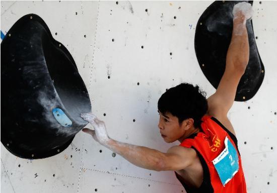 中国选手潘愚非在攀岩男子全能资格赛攀石项目比赛中