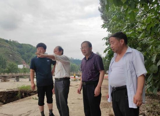 张岳峰深入保安镇检查灾情并指导开展防汛救灾工作
