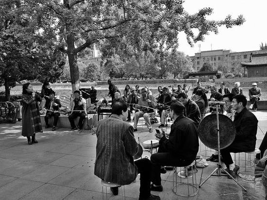 降雨结束,市民在环城公园里唱戏    本报记者李永利摄