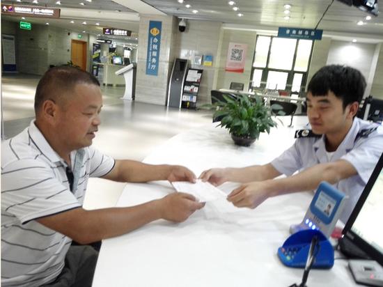 空港税务分局办税服务厅开出首张发票