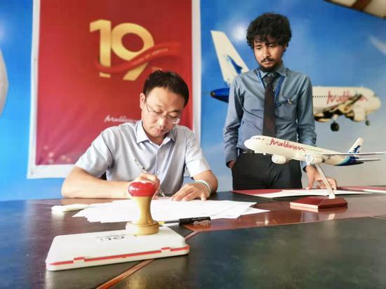 飞鲸旅游业务总经理杨昌雄签署相关文件