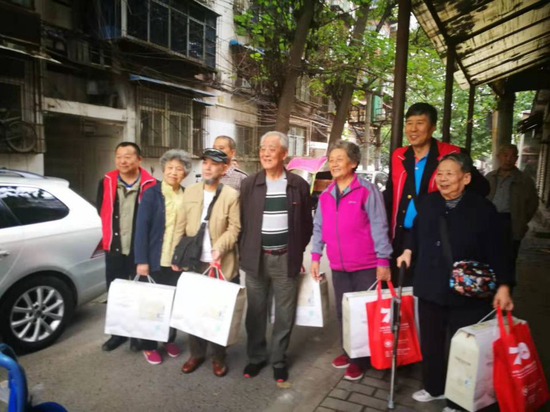 碑林区长乐坊街道更新社区联合省慈善协会慰问辖区困难老人