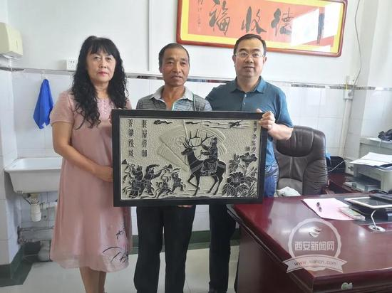 """榆林农民画家为同籍抗疫英雄""""献礼""""画像石"""