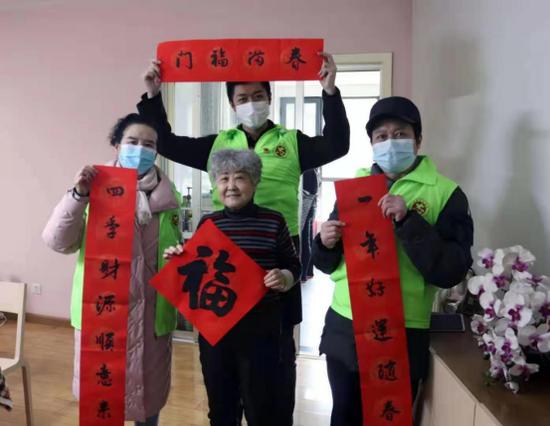 枫林绿洲社区党支部携手本本文化志愿服务队慰问独居老人