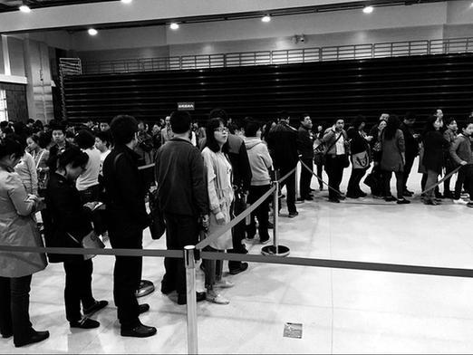 .记者来到西安西工大附中分校和 部分学校出现了排队咨询景象.