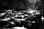 草场坡新文巷私家车违停 马路成了停车场