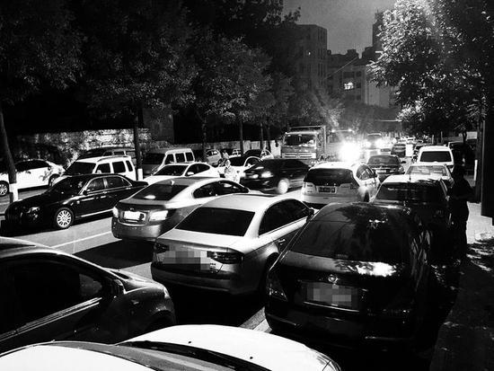 马路上停满了汽车