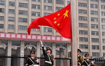 西安上千市民观看升国旗仪式迎国庆