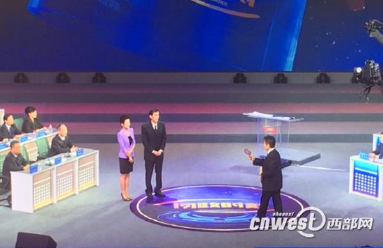 网民给西安城管局局长严石送放大镜,希望城管执法严严实实。
