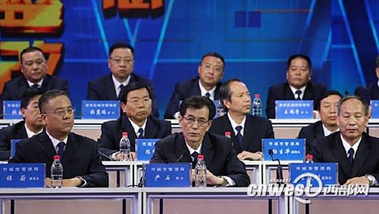 西安市城管局局长严石回答市民质疑。