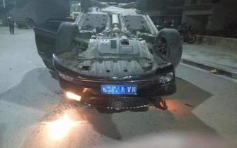 男子驾车连撞8车后翻车 3人受伤