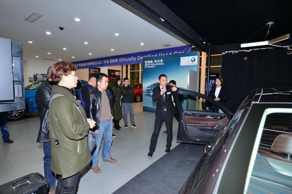 """西安荣宝""""7悦大使""""为嘉宾讲解新BMW7系""""黑科技"""""""