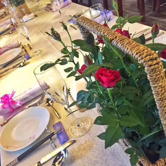 餐桌上也摆满鲜花