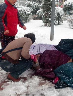 西安老太雪天滑倒 路人脱衣为其取暖