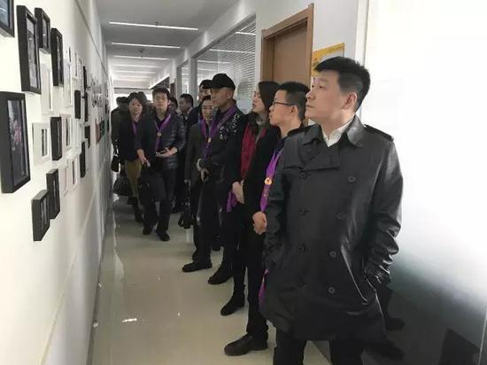 参观新浪陕西员工照片墙