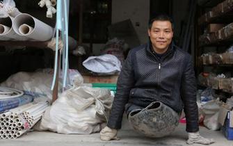 他废轮胎当腿行走50年 还曾登顶华山