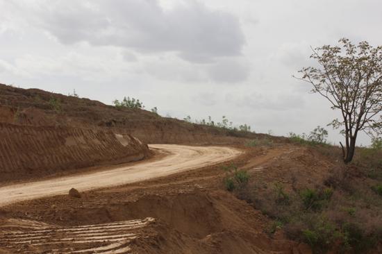 正在进行的水泥路建设