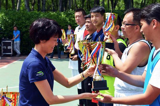 市直机关工委群工部部长张艳向获法院颁奖