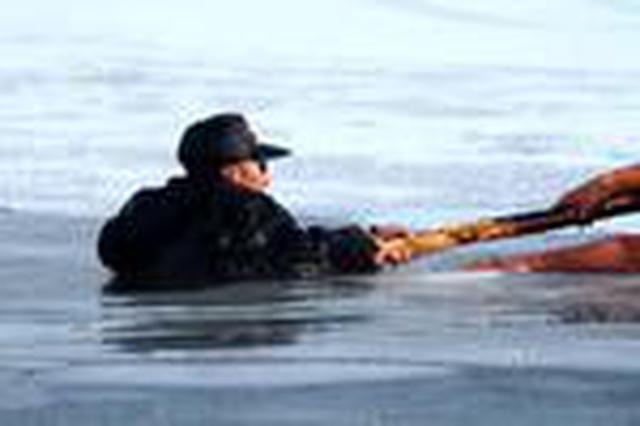 六旬老人吊桥上游玩不慎坠河 消防官兵紧急救援