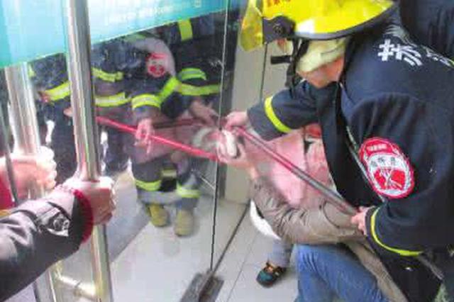宝鸡2岁幼儿手指被玻璃门夹住 消防成功救援