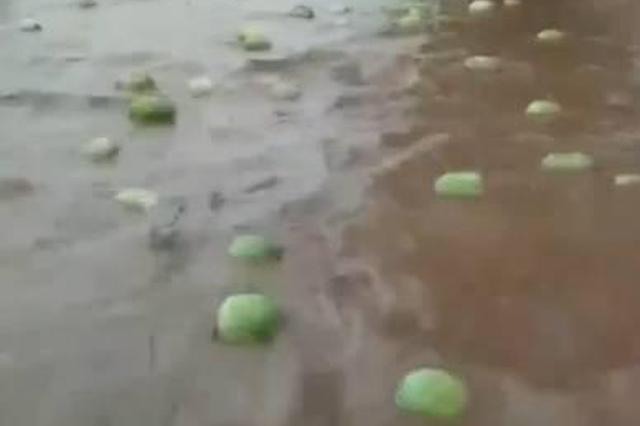 宝鸡降暴雨致路面严重积水 上百西瓜水上漂