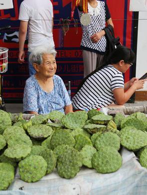 西安90岁老人天天出摊卖莲蓬