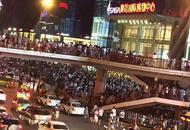西安市民涌往室外躲避余震