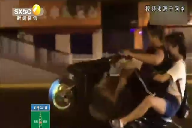 """西安四名年轻人在长安南路上骑摩托""""炫技""""请不要把生命当儿"""