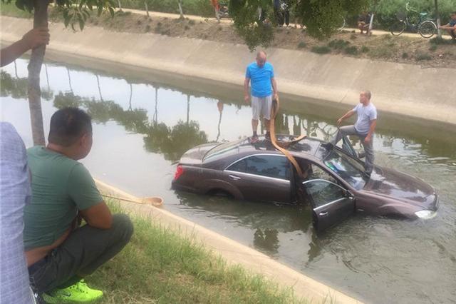 奔驰轿车坠入水渠吊车救援 水渠原是事故易发地段