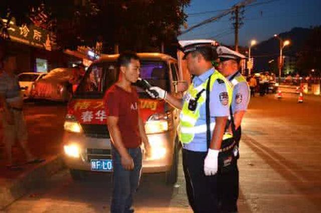 陕西交警开展夜间执法大检查 仍有人不系安全带